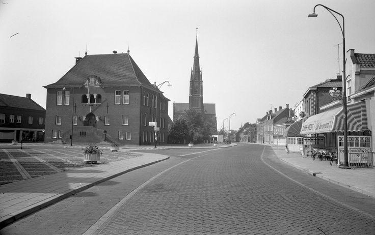 Asten, Markt met links het gemeentehuis en op de achtergrond de R.K. Maria Presentatie kerk aan het Koningsplein Jos Pé (fotograaf) 1970