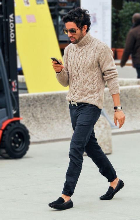 ベージュタートルネックアランセーター×黒パンツ | メンズファッションスナップ フリーク | 着こなしNo:87748