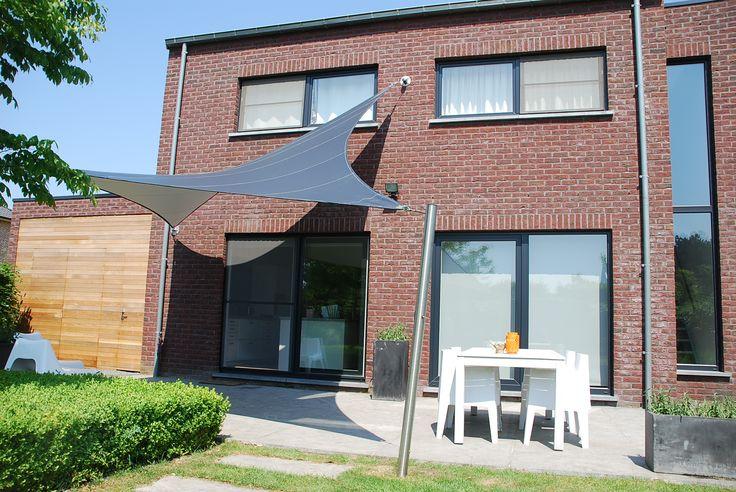 Op maat gemaakte terrasoverkapping. Door de vormgeving hangt het doek mooi strak ook bij veel wind. zonnezeil shaduwdoek