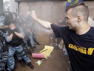 Grappigste foto's van politie: demonstrant spuit peperspray op politieagenten