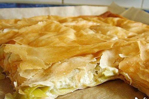 Börek mit Lauch türkische Spezialität mit Yufka - Teig, Lauch, Joghurt und Hüttenkäse, eine Art Strudel - ÖZ Yufka