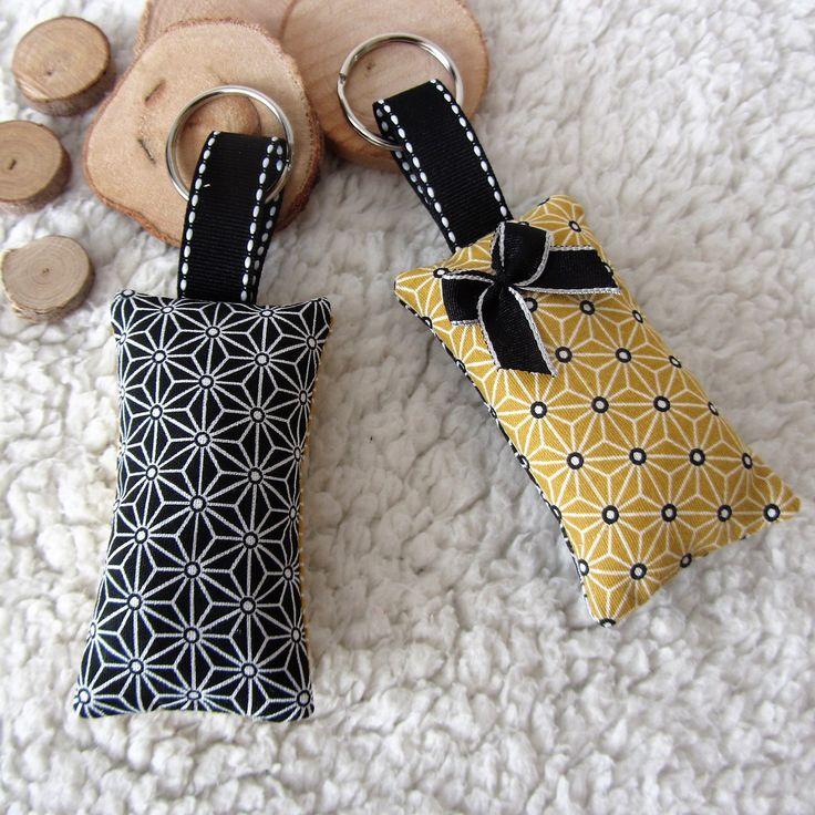 2 porte-clés graphiques en tissu japonais noir et jaune moutarde imprimé asanoha : Porte clés par nymeria-creation