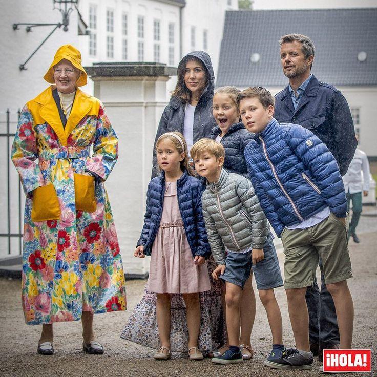 La incesante lluvia no aguó la tradicional aparición estival de la Familia Real de Dinamarca con motivo del popular desfile de caballos ante el castillo de Gråsten y la reina Margarita y su vistoso chubasquero se convirtieron en los protagonistas de la cita. #reinamargarita #familiareal
