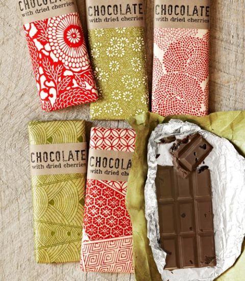 Un jeu d'enfant pour faire en utilisant un moule et chocolat sectionnées fond, ces barres chocolatées que look professionnel, surtout quand enveloppé dans des papiers magnifiques et nos étiquettes artisanales-chic.  (Formaté pour tenir une feuille de papier autocollant 8½''W x 11''L) Recette:. Tart-Cherry et Bars de chocolat noir (Mold, 2,99 $; confectioneryhouse.com wrappers Fleuret, 6,75 $ pour les feuilles carrées 125 de six pouces; countrykitchensa .com papiers Red lokta, 7,95 $ pour 10…