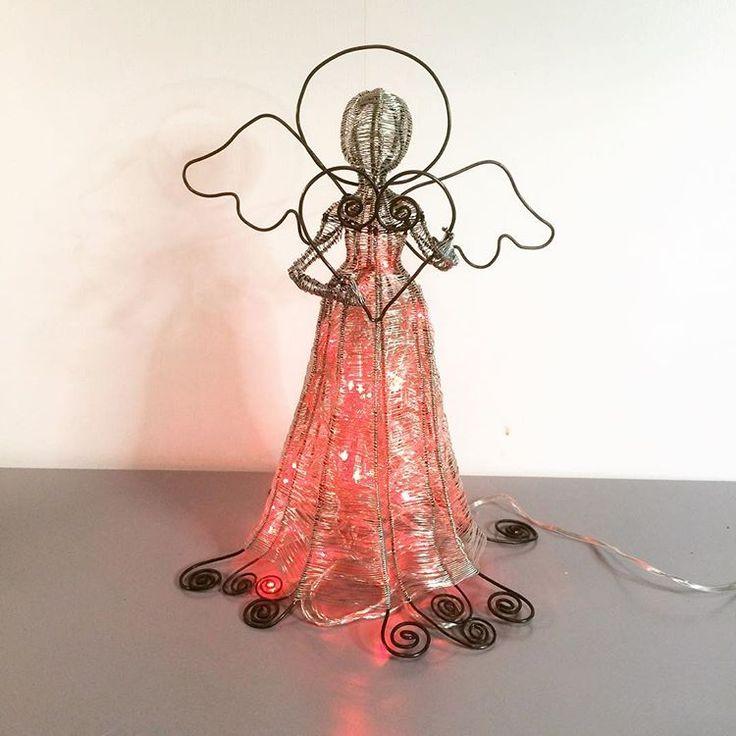 Lien ängel i ståltråd med ljusslinga i kjolen.#ängel #engel #ljusslinga #belysning #trådkonst #ståltrådskonst #byvaivot #inredningsdetalj