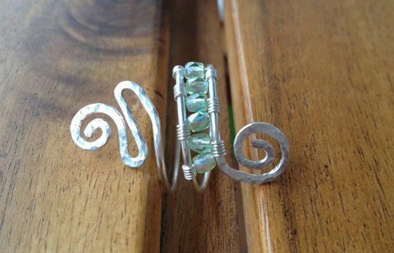 Silbedraht Ring mit hellgrüne-kristall Perlen. von LaSolis auf Etsy