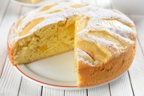 La torta 7 vasetti alle mele è un dolce soffice e morbidissimo, ideale per la merenda di tutta la famiglia. In più è facilissimo da preparare. Ecco la ricetta