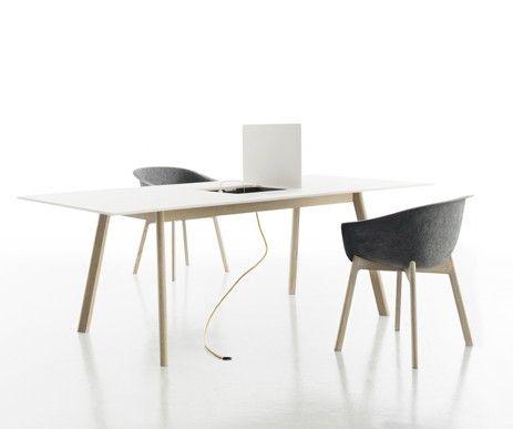 Innowacyjny stół z zamykaną komorą w blacie w której umieszczono stację do ładowania urządzeń multimedialnych. Idealnie dopasowany do krzeseł z kolekcji Chairman.