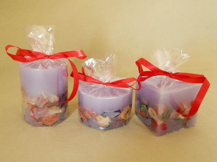 Μοβ χειροποίητα κεριά με άρωμα βιολέτας. Purple handmade candles with violet aroma.