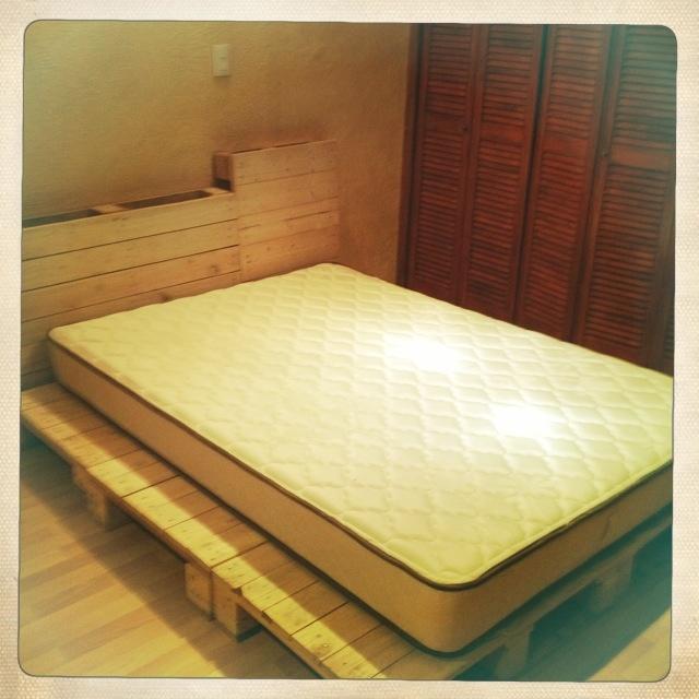 Base de la cama hecha con palets incre ble la armamos mi for Bases de cama hechas con tarimas