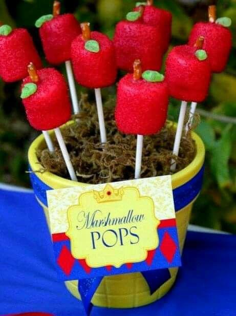 Bombones decorados en forma de manzana para cumpleaños temático de Blanca Nieves