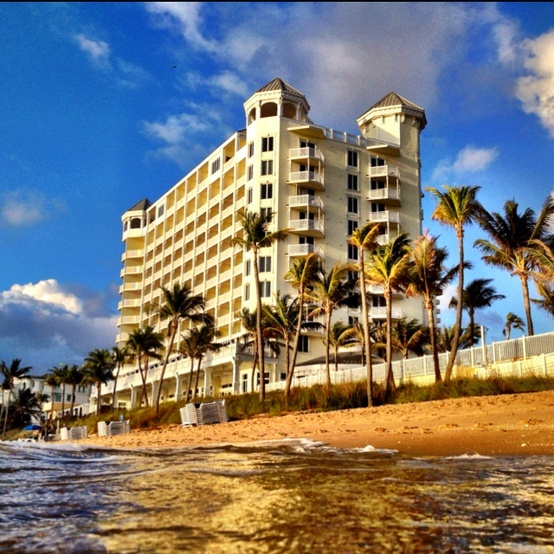 Fort Lauderdale: Pelican Beach Resort catches the sun. Ft Lauderdale Beach >>
