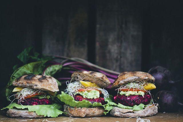 De lekkerste veggieburgers gemaakt van feta en bietjes - ENSEMBLE (an-sambel): combinatie, set, verzameling, groep, als geheel sterker