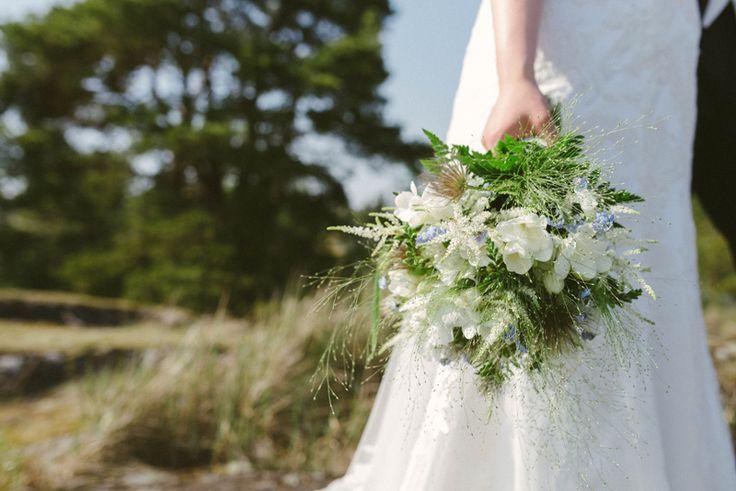 lantlig sommar brudbukett vitt, blått och grönt. förgätmigej brudbukett. summer wedding flowers. Julia Lillqvist | Ninni and Einar | Kimito bröllopsfotograf | http://julialillqvist.com