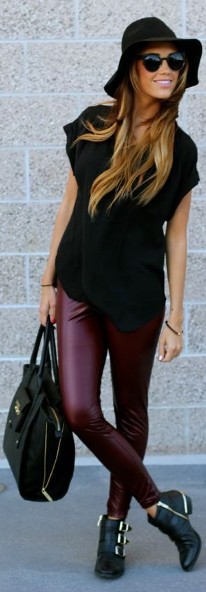 Leather Look Leggings  leggins Bordeaux T-shirt oversize noir chapeau noir, bottes noires détails dorés sac à details dorés, lunette noire