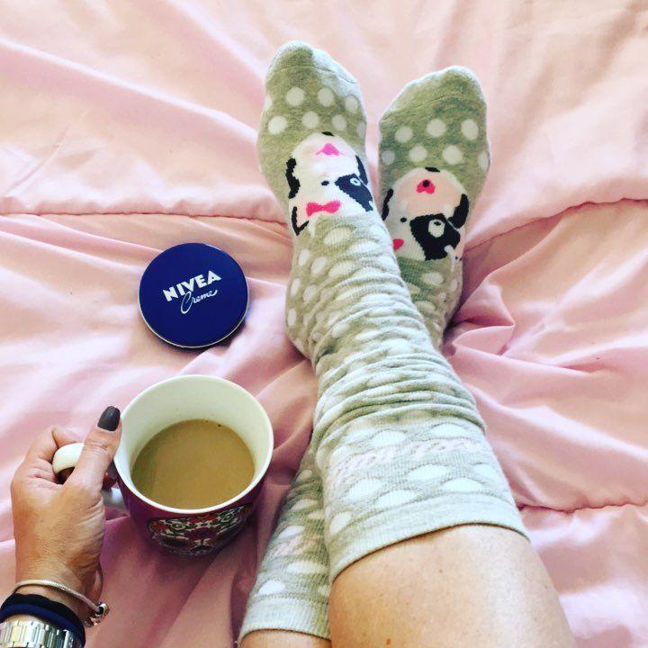 """51 curtidas, 7 comentários - Vanessa Catrib (@vanessacatribblog) no Instagram: """"É o que temos para hj!! #relax #diadefolga #cafedamanha #cafecomleite #meia #meiaquentinha…"""""""