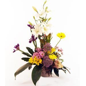 Un centro con un colorido diferente con un aire moderno, fresco y muy del estilo Bourguignon. Un centro de flores elaborado con liliums, iris, gerberas, margaritas y jacintos | Bourguignon Floristas