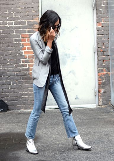 calça jeans mais sequinha vai bem com blazer, casacos, moletom, jaquetas, e nos pés, tênis baixos ou altos, botas curtas ou longas, sapatilhas fechadas ou vazadas. Fácil para diversos Looks.
