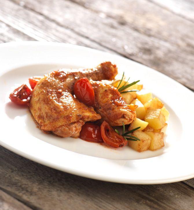 2  Appena la carne risulta ben colorita, aggiungere la salsa di pomodoro e il rosmarino, spruzzare il vino e farlo evaporare.