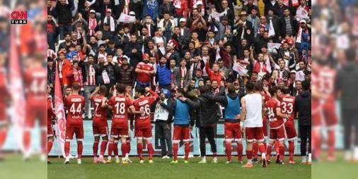 Sivasspor 3-0 Bandırmaspor / Maç Özeti: TFF 1'inci Ligde şampiyonluk mücadelesi veren Sivasspor, kendi sahasında konuk ettiği Bandırmaspor'u 3-0 mağlup ederek, puanını 58'e yükseltti. Kırmızı beyazlılar bitime 2 hafta kala şampiyonluk yolunda önemli bir adım attı.