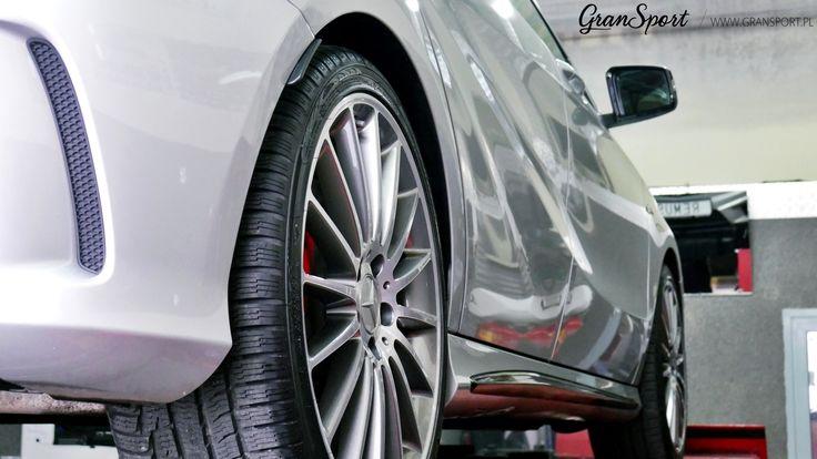 Choć Mercedesom sygnowanym logo AMG zdecydowanie nie można odmówić rasowego dźwięku, zawsze może być jeszcze lepiej! Tak jest również w przypadku najmniejszego z AMG – kompaktowego A 45 AMG. W sportowym Mercedesie zamontowaliśmy więc kompletny układ wydechowy Remus Polska z systemem sterowania klapami.  Więcej informacji znajdziecie na blogu GranSport - Luxury Tuning & Concierge:  http://gransport.pl/blog/realizacja-mercedes-benz-45-amg-2/  Zapraszamy!