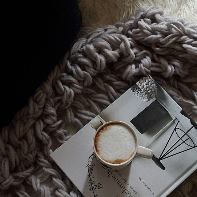 極太の毛糸でざっくりと編まれたブランケット。海外インテリアでもよく見かけるアイテムが、実は道具なしで編めちゃうんです。100均毛糸でお手軽に、アームニッティングにトライ!