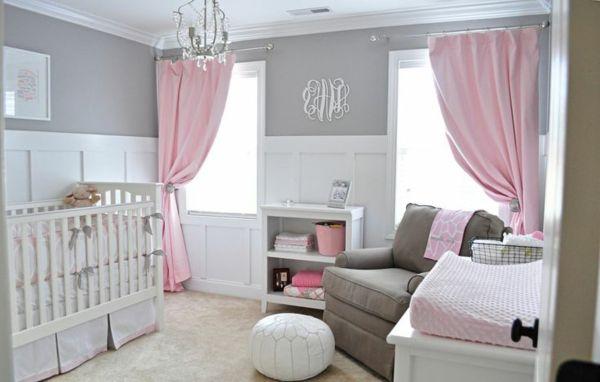 Chambre de bébé fille en rose, blanche et grise, lit bébé, table à emmailloter