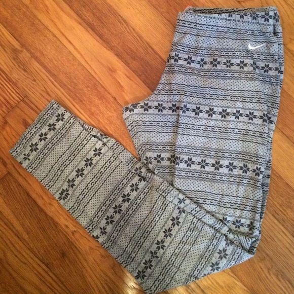 Nike Snowflake Leggings Large Nike snowflake patterned leggings. Hardly worn, and in good condition. Nike Pants Leggings