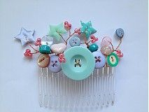 hair comb with pastel buttons