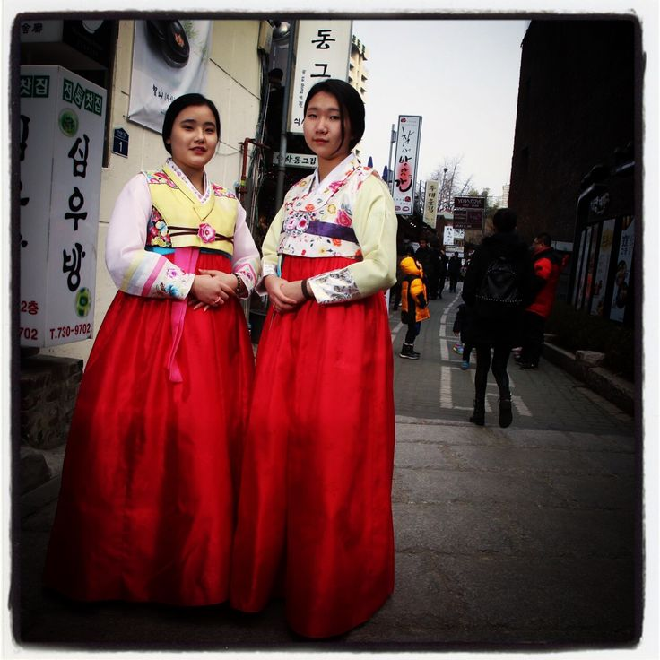 Hanbok girls in Insadong the day after the Lunar New Year holiday.