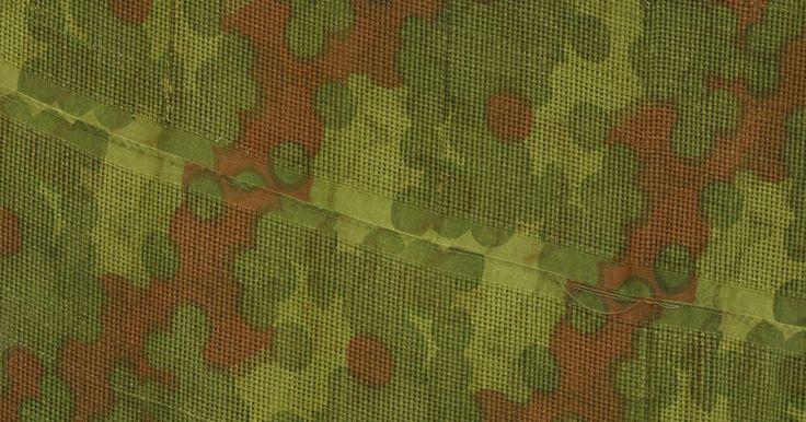 Como usar uma esponja para pintar padrões camuflados. Um padrão camuflado é uma pintura de parede colorida, perfeita para uma sala de recreação, um escritório ou até mesmo o quarto de um adolescente. A camuflagem pode ser sutil ou destacada, com verde tradicional ou qualquer variedade de cores que desejar. A pintura com esponja também esconderá sujeiras, marcas de dedos e imperfeições na parede. Ela ...