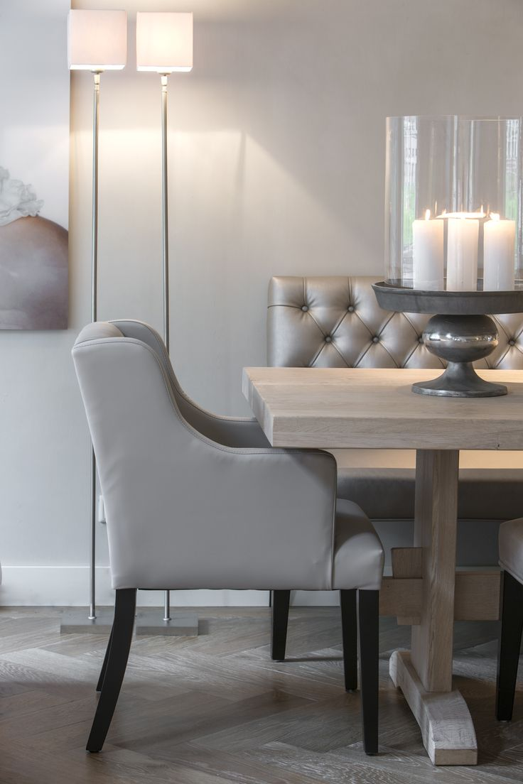 Sfeervolle presentatie van Kloostertafel in een nieuw jasje en dining chair Nancy met eetkamerbank capiton Interiors DMF