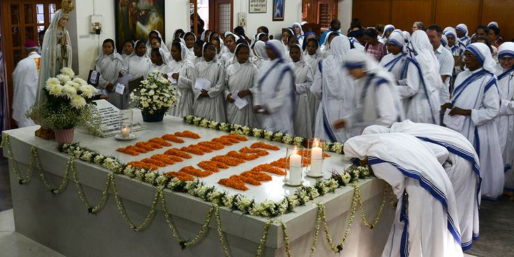 Sisters of the Missionaries of Charity pray at the headstone of Saint Teresa of Calcutta on the 107th anniversary of her birth at their Motherhouse in Kolkata, India on August 26, 2017. Mother Tere…