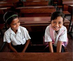 Köp ett skolstipendium för en flicka eller lär en flicka att läsa. Plans skolstipendium räcker till att betala skolmaterial, transport, skolmat, skoluniform och skolavgift. Denna länk leder till gåvoshopen hos Plan: http://www.plansverige.org/shop#/node/709