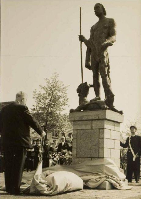 Bevrijdingsdag 1960  Bevrijdingsherdenking 1960 In de eerste jaren na de Tweede Wereldoorlog werd in Helmond de bevrijding niet op 5 mei, maar op 25 september gevierd: de datum waarop de stad in 1944 bevrijd werd. De dodenherdenking is wel steeds op 4 mei gevierd. In de eerste jaren na de oorlog gebeurde dat in ieder kerkgebouw. In de vijftiger jaren werd de viering geconcentreerd in de Lambertuskerk, waarna alle kerkklokken luidden, gevolgd door twee minuten stilte. KLIK OP DE AFBEELDING!