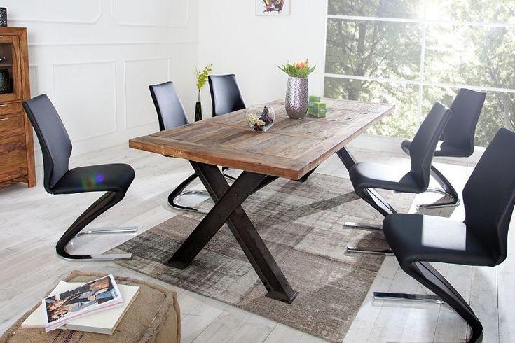 Drewniany stół ze stalowymi nogami