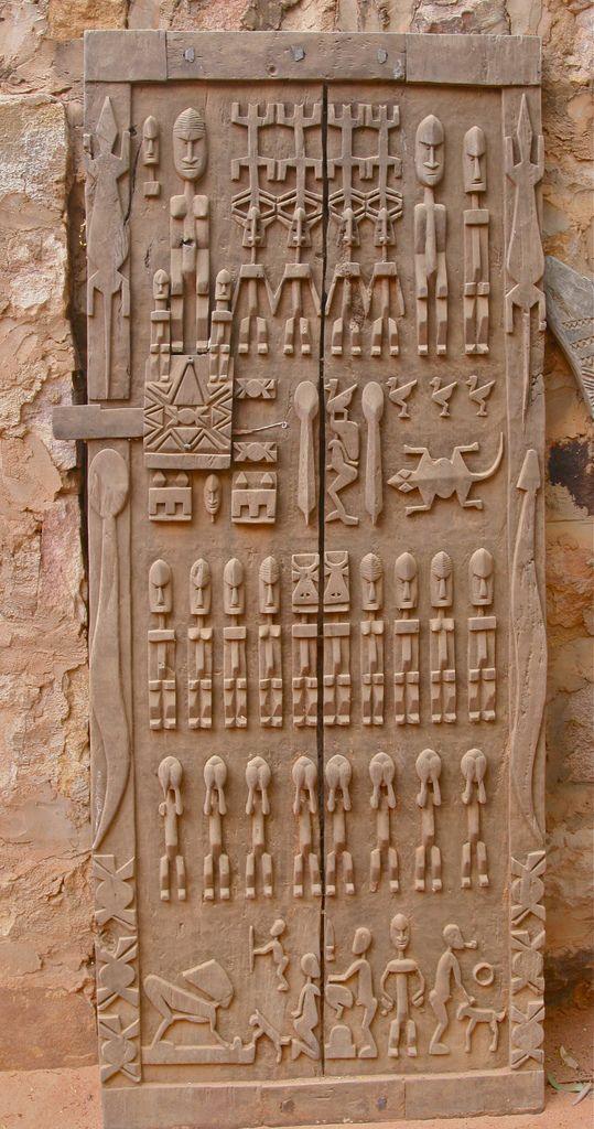 Porte Dogon, Koundou Guina, Mali. Comme la langue Dogon est orale, les Dogon enregistraient souvent leur histoire dans des sculptures en bois, comme cette porte. Cette porte traite Dogon cosmologie et la migration Dogon qui a eu lieu au cours de la 12ème au 15ème siècle des terres ancestrales à leur position actuelle sur la falaise de Bandiagara.