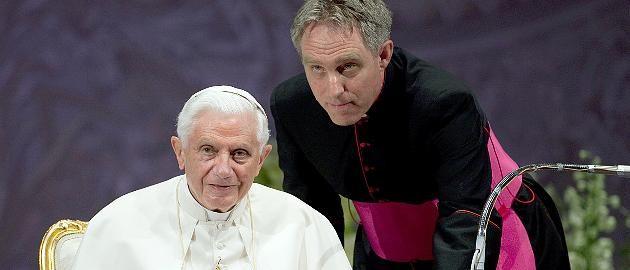 Im Kloster Mater Ecclesiae im Vatikan Papst-Flüsterer Gänswein: Benedikt bereitet sich auf den Tod vor  Vor zehn Jahren war die Euphorie groß, als aus Joseph Ratzinger Papst Benedikt wurde. 2013 trat der Bayer dann überraschend zurück. Seither lebt er in klösterlicher Abgeschiedenheit. Sein Privatsekretär Gänswein erzählt, was den Pontifex beschäftigt…