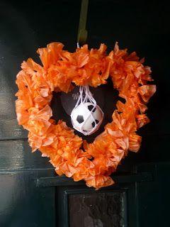 Nu de straat oranje is wilde ik ook iets aan de deur.   Het werd een oranje hart met voetbal.   Erg leuk en simpel te maken.        Riete...