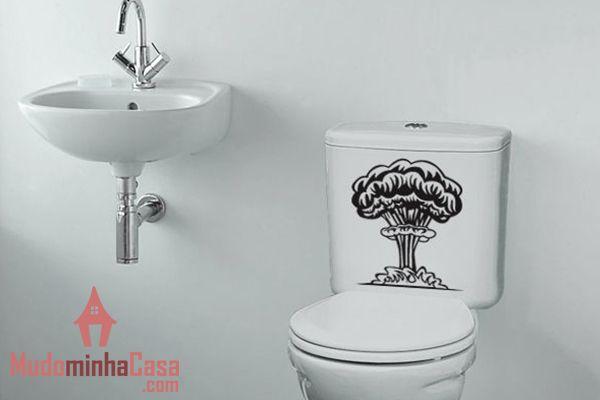 Criatividade é tudo quando o assunto é decoração. Esse adesivo de parede com o desenho de uma bomba atômica tem conotação bem irônica e brinca com o fato de que nem tudo o que se faz no banheiro é tão cheiroso quanto o banho. Uma sugestão interessante e divertida para o ambiente dos mais irônicos.