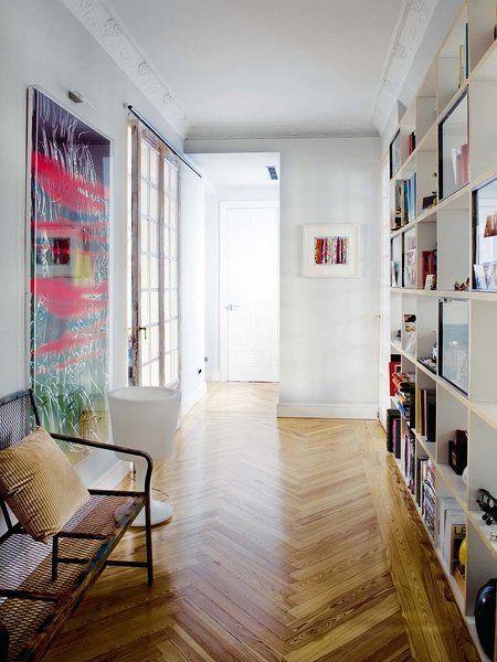 Pasillo decorado con obras de arte