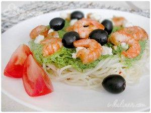 Спагетти с чесночными креветками и шпинатным соусом