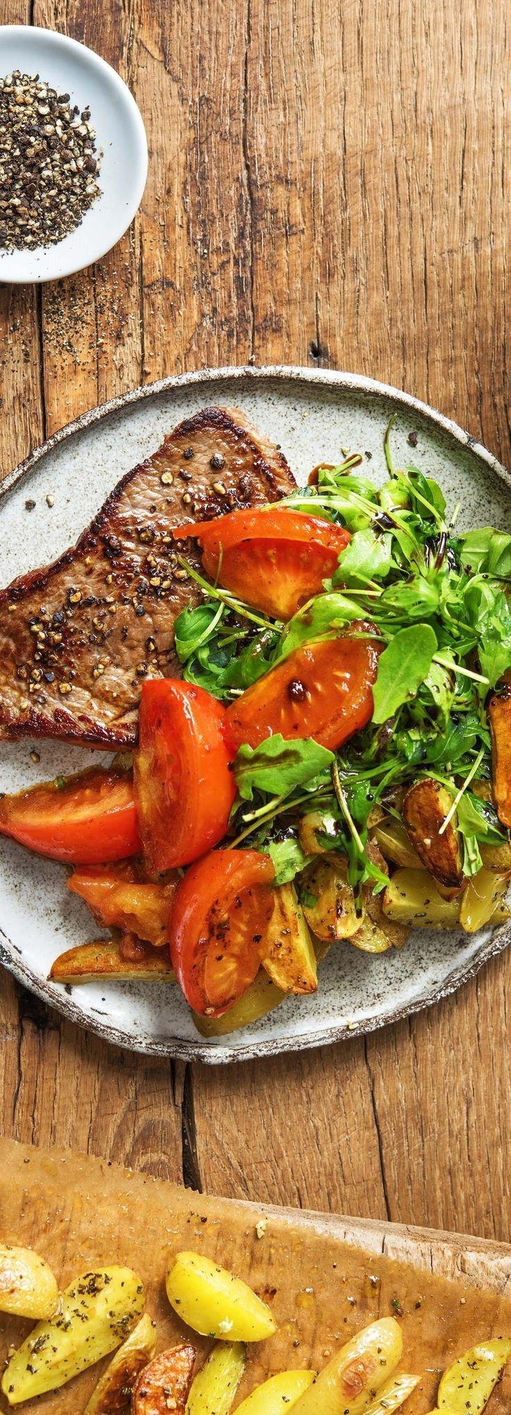 Rindersteak mit geschmorten Tomaten, Rosmarinkartoffeln und frischem Blattsalat
