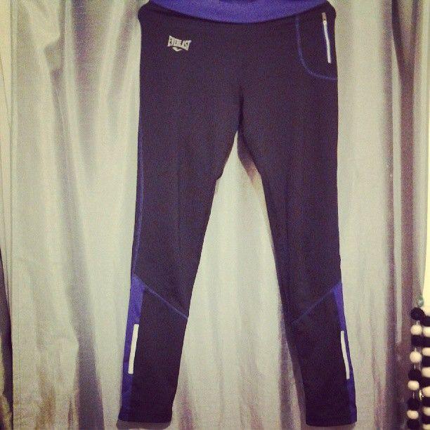BICI ROPA COMODA: malla everlast con reflectantes laterales y mini bolsillo con cierre. evito andar con jeans por lo incomodo del material, las leggins estampadas son otra opcion que me gusta usar