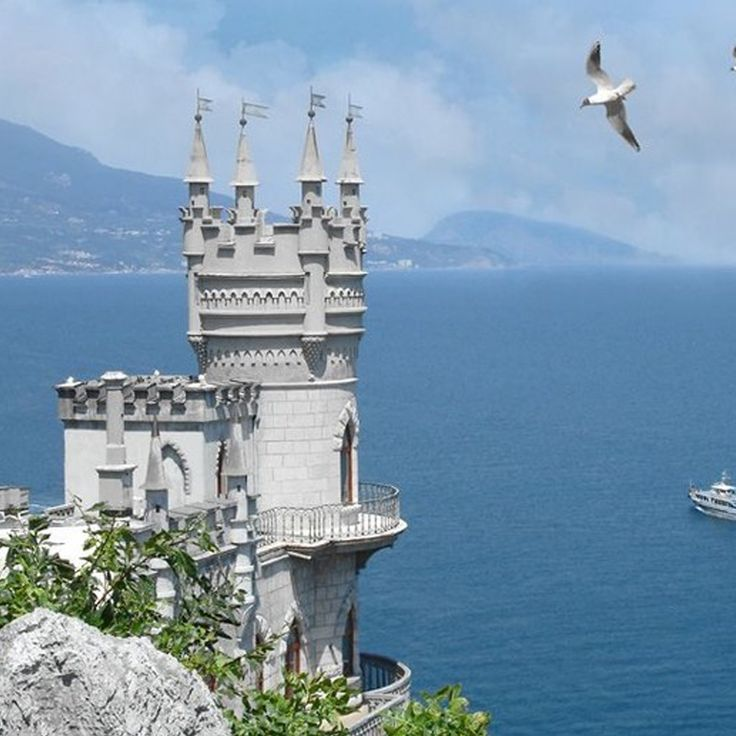 Ласточкино Гнездо в Крыму является эталоном и визитной карточкой АРК Крым. Этот прекрасный замок на утесе скалы не может не привлечь внимание туристов. Он расположен в поселке Гаспра но принято говорить все таки просто в Ялте. А история этого творения весьма длинная и не легкая. Что только этому замке не пришлось пережить.