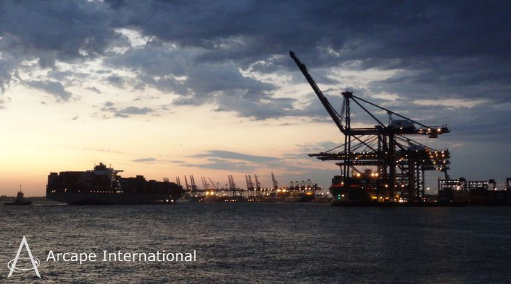 The Port of Felixstowe - The Port of Britain at dusk. El Puerto de Felixstowe – El Puerto de Gran Bretaña al atardecer.