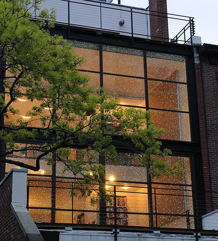 Townhouse NEW YORK, 2010 Light planning and customized products The outside wall is constructed with special glass panels, in which thousands of white LEDs are embedded. They seem to float in thin air and resemble stars in the night sky.