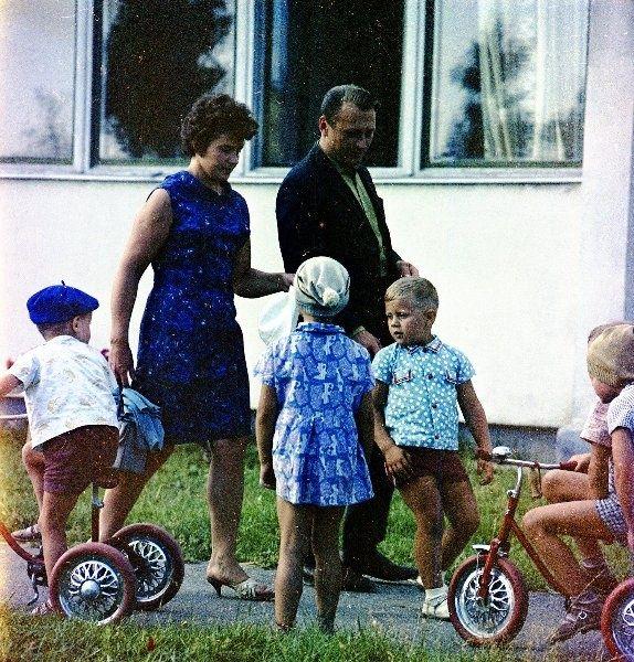 Супруги Куликаускас с сыном около дома, 1968 г., Литовская ССР, г. Электренай