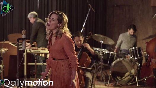 Η Feelgood Records παρουσιάζει το δεύτερο video clip μέσα από το νέο άλμπουμ της Νατάσσας Μποφίλιου του Θέμη Καραμουρατίδη και του Γεράσιμου Ευαγγελάτου Βαβέλ που σήμερα κυκλοφορεί σε CD για το τραγούδι Αντιγόνη. http://ift.tt/1t7Yj64 Η Αντιγόνη είναι ένα τραγούδι κοινωνικό. Η διακριτικότητα της ενορχήστρωσης αφήνει το λόγο να στέκεται δυναμικός και ειλικρινής σε ένα κάλεσμα όπου το έργο έχει μόνο πρώτους ρόλους. Τα γυρίσματα του video clip έγιναν στο studio Sierra αποτυπώνοντας απόλυτα την…