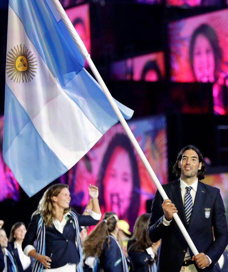 El basquetbolista Luis Scola fue el abanderado argentino (AP)